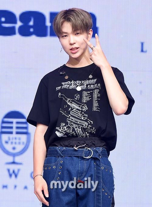 韩国男团1TEAM首尔举行新专辑发布会