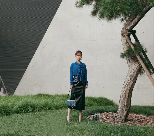 被杨紫的这一身新造型美到了,蓝衬衫黑皮裙搭配人鱼眼妆又美又飒