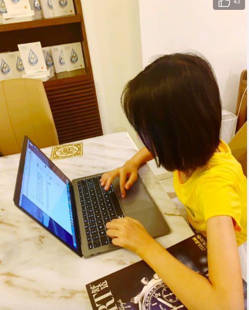 黄晓明干女儿正面照曝光,11岁就会写小说,身份引猜测