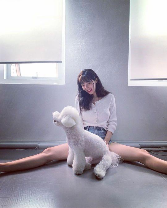 韩国女艺人泫雅SNS发与宠物犬合影