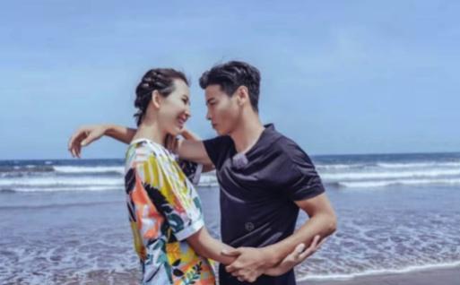 """""""皇后娘娘""""蔡少芬再孕,带女儿沙滩游玩,素颜出境夺人眼球"""