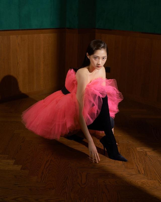 关晓彤最新大片挑战新风格,多种造型变身冷艳美人,又酷又有质感