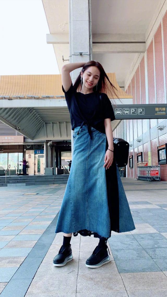 杨丞琳被求婚后现身,牛仔裙的叠穿太抢眼了,普通人真难驾驭