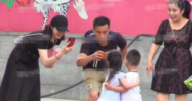 父母公开离婚后董璇3岁女儿首露面,紧牵妈妈手显乖巧