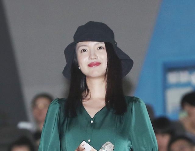 《小Q》首映梁咏琪杨采妮感动落泪 任达华递纸巾