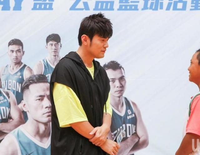周杰伦参加篮球活动 上场投篮展现超准投篮技术
