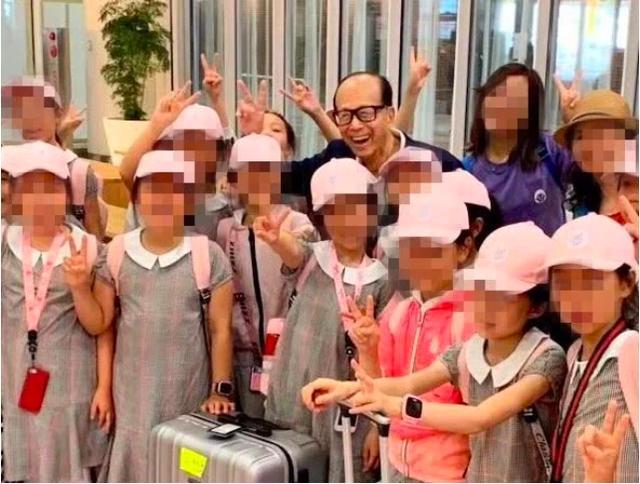 91岁李嘉诚机场遇孩子,大方捐助旅费100万,网友:心中有大爱