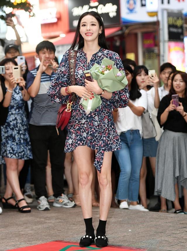 李多喜穿優雅碎花裙,皮鞋搭小腿襪長腿惹眼,174身高比例太出挑