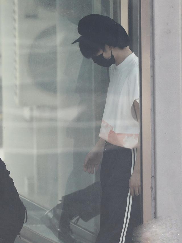 周震南新造型上线,白色衬衫还可以这样穿?清爽又帅气