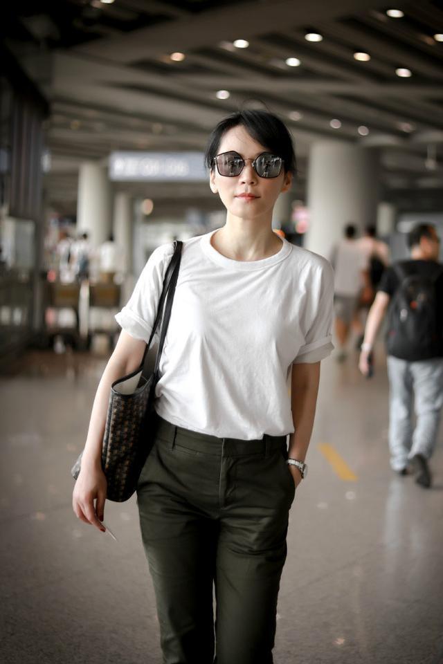 48岁俞飞鸿白T恤被赞接地气,戴着墨镜撞脸刘嘉玲