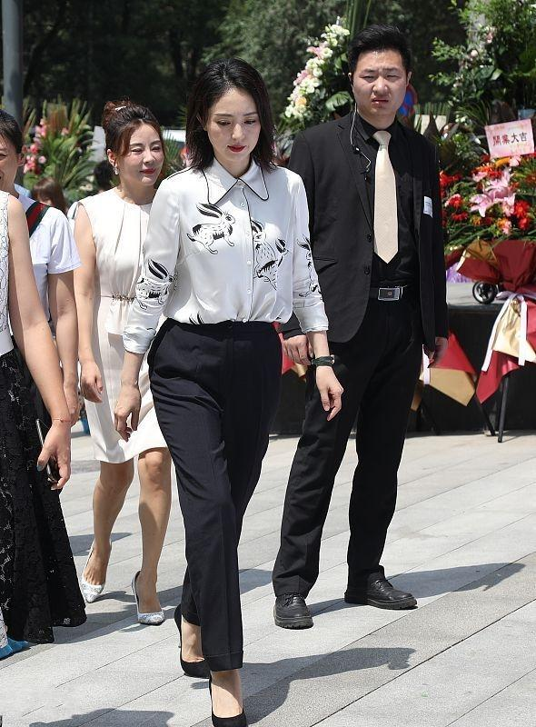 董璇亮相亲子餐厅开业现场,一身干练造型变身职场女强人