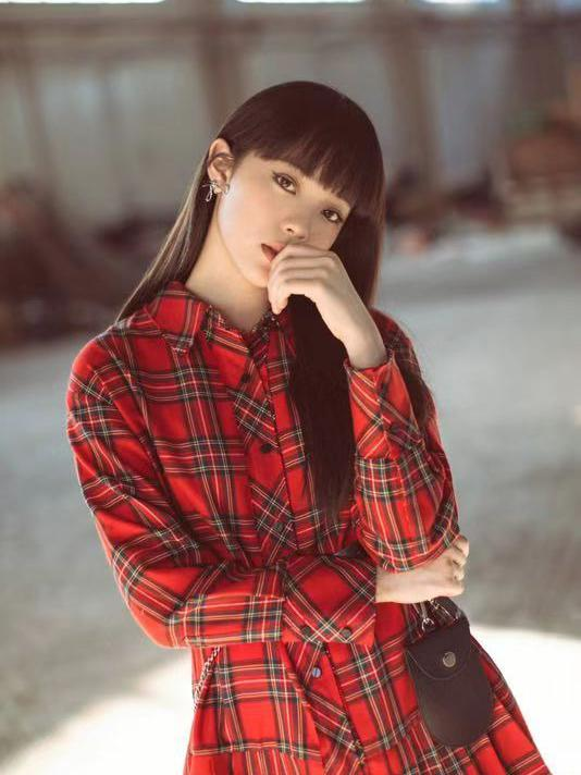 欧阳娜娜换新发型啦!身穿一套红色衬衫裙,又酷又甜