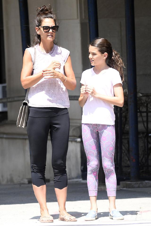 阿汤哥女儿和妈妈出街,粉T搭配健美裤清爽有活力,筷子腿真惊艳