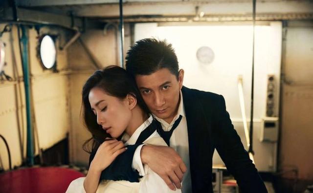 吴奇隆与粉丝合影被强行挽手,他的做法被网友直呼好甜