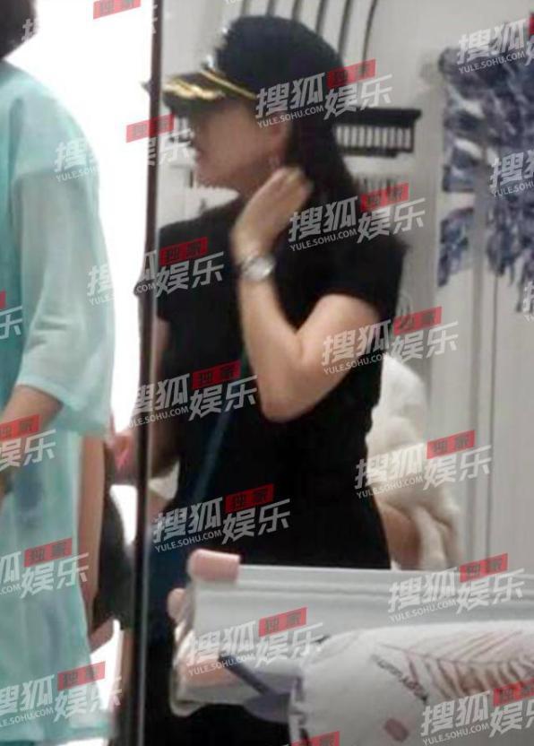 章子怡被曝怀孕5月后聚餐,小腹未见凸起,单手抱娃动作敏捷