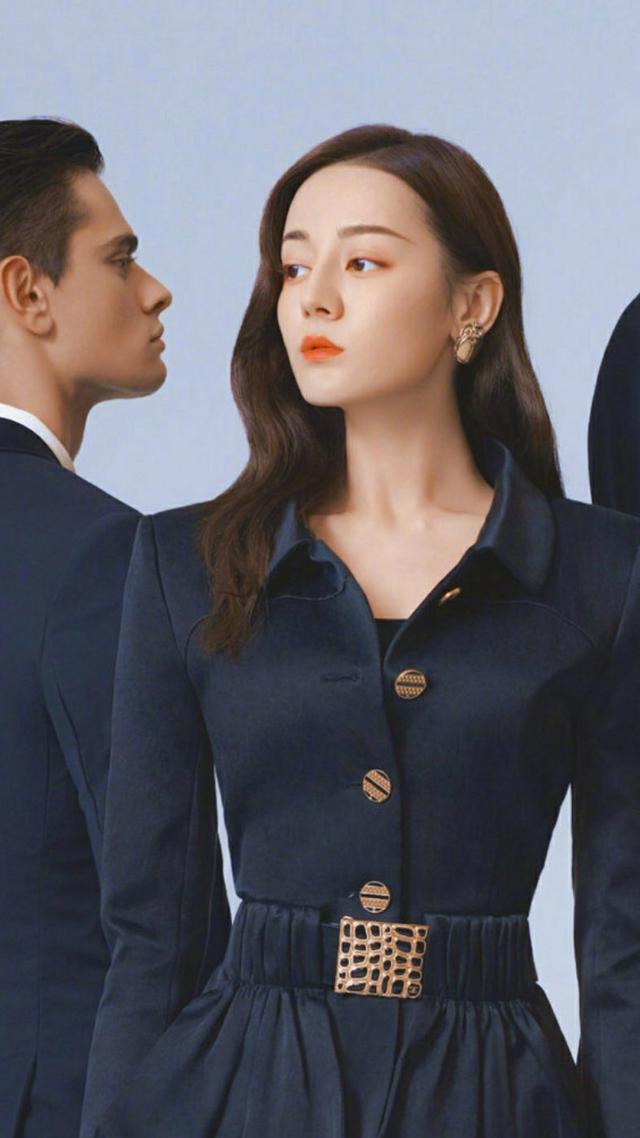 迪丽热巴高清封面上线,西装搭配变身女王,百变造型你选哪个?