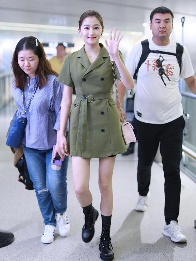 关晓彤大秀长腿,连衣裙意外撞衫泫雅,风格差距这么大?