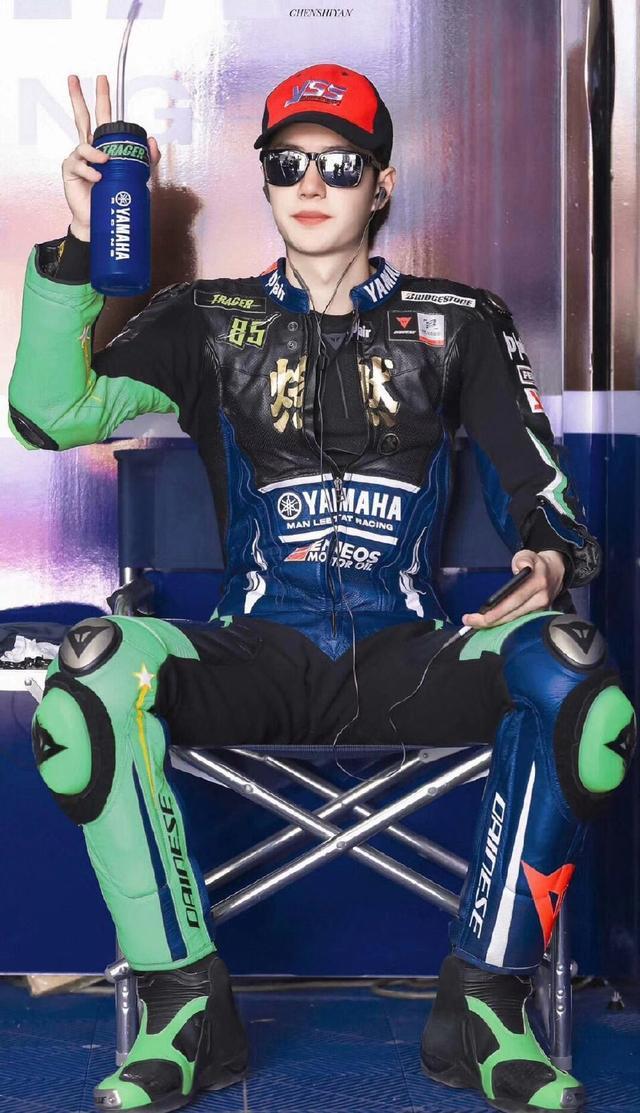 王一博拿下亚洲摩托车赛小组冠军,陈情女孩的偶像怎么那么优秀