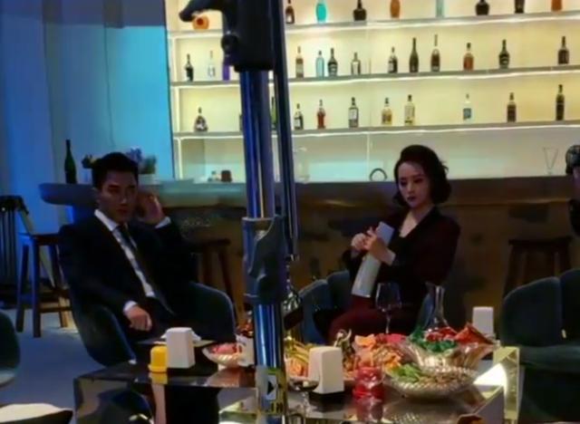刘恺威买百元裤子需踌躇,前妻杨幂全身装扮数万,帽子顶他俩裤子