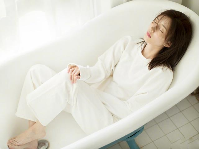 江疏影浴缸照,一身白色搭配,清新又甜美