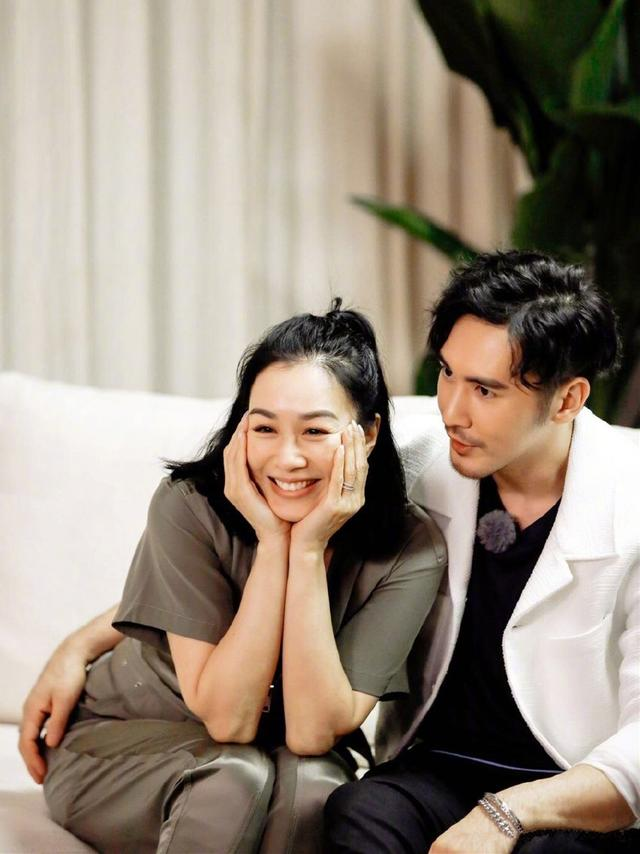 张伦硕夫妇合体登封面,黑白配造型复古经典,爱妻钟丽缇腰线迷人