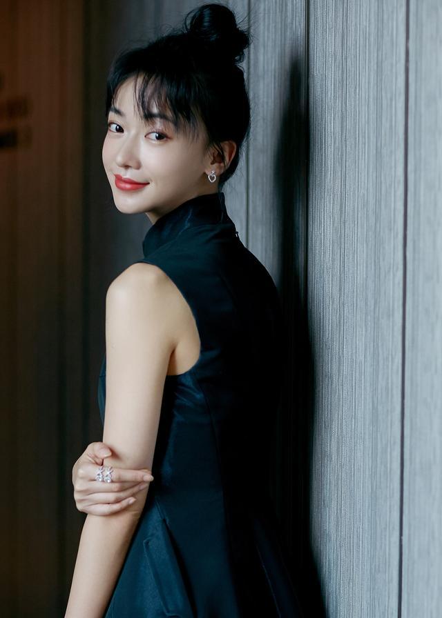 吴谨言穿九千多黑色连衣裙,扎丸子头搭出古典美,细腰红唇好撩人
