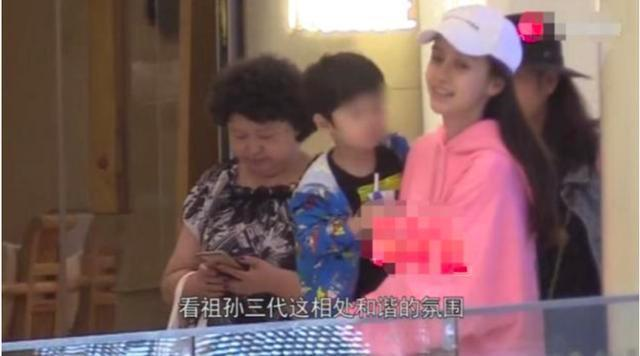 黄晓明妈妈带2岁小海绵探班baby,婆媳关系不一般