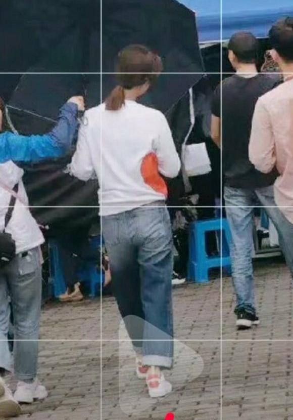 1米67的杨紫被路人镜头曝光真实身材,网友看后直呼女神形象幻灭