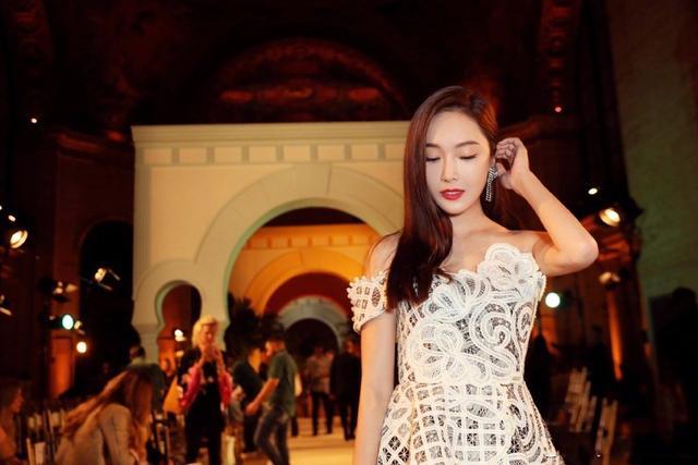 郑秀妍亮相纽约时装周,身穿白色蕾丝上衣高贵优雅又不失性感