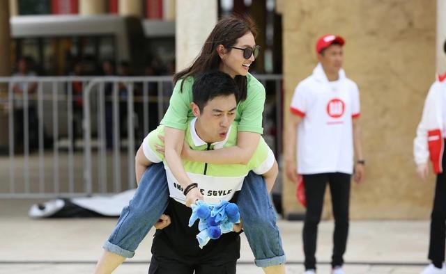 现实版狗粮狂送,戚薇在老公面前小女儿,王祖蓝在老婆面前一米八