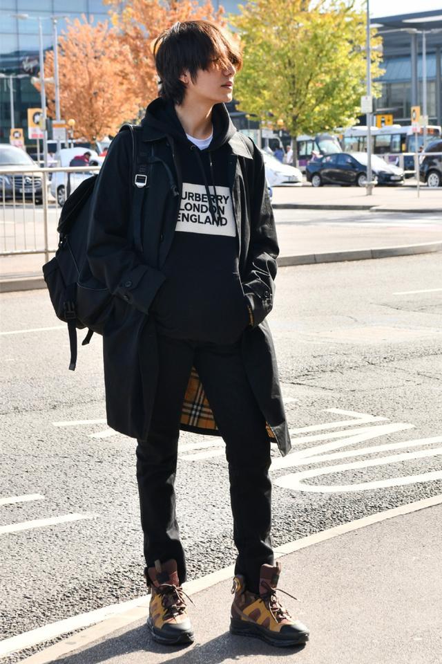 陈坤低调启程时装周,穿6400块连帽卫衣搭长风衣,少年感让人佩服