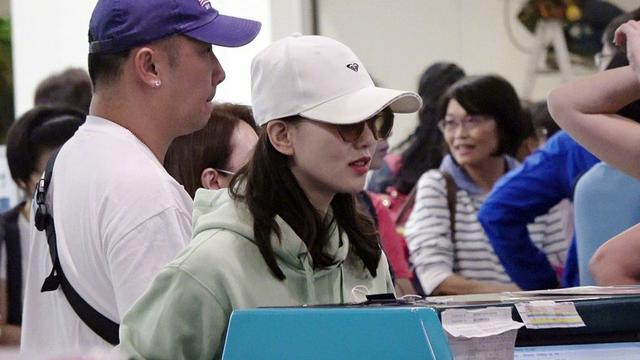 刘诗诗产后首现身,穿薄荷绿卫衣走机场,哪像32岁?