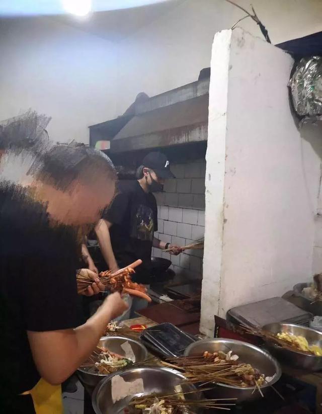 王鶴棣這是什么神仙人生?上班是人氣男星,下班成炸串店小幫廚