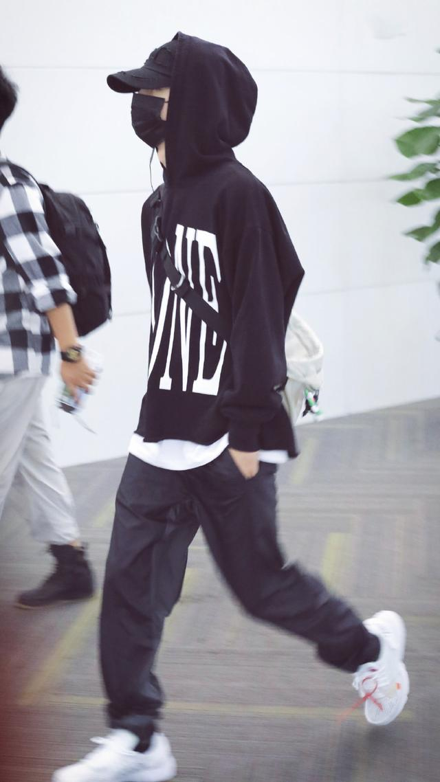 27岁肖战和22岁王一博,同样搭配黑色卫衣,一个霸气一个少年