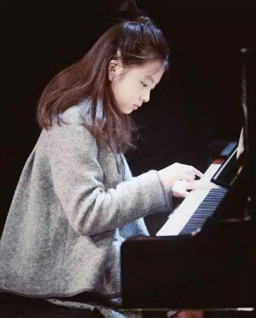 明星子女必备钢琴课?安吉都快弹哭了,森碟真是全能女孩