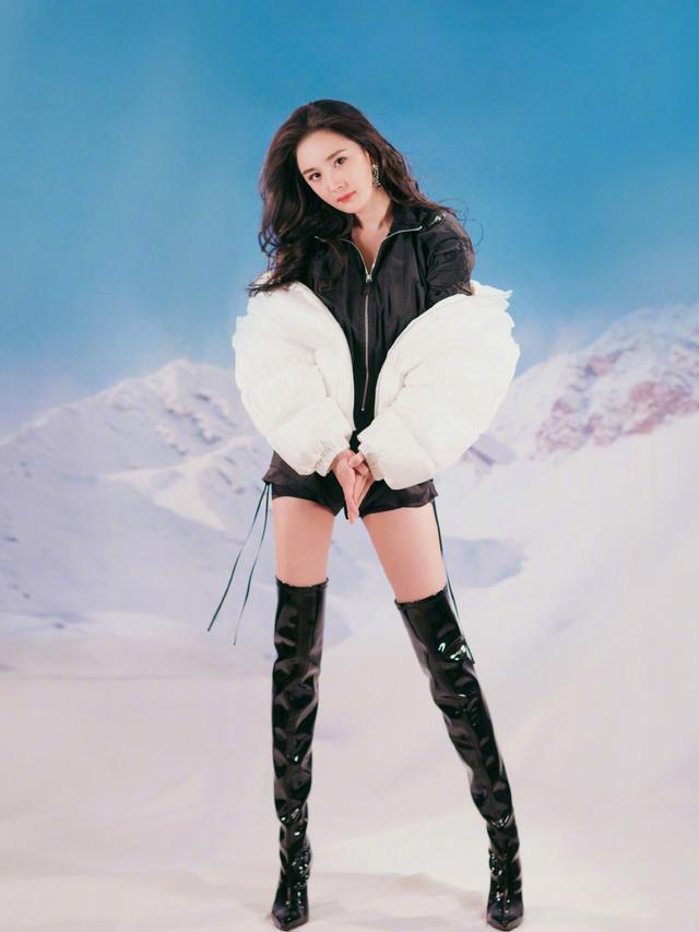 杨幂和张嘉倪,年纪只差1岁,同样搭配连体裤,谁是最美辣妈?