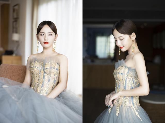 张嘉倪一身雾霾灰纱裙亮相红毯,飘逸灵动,精致红唇更美丽动人