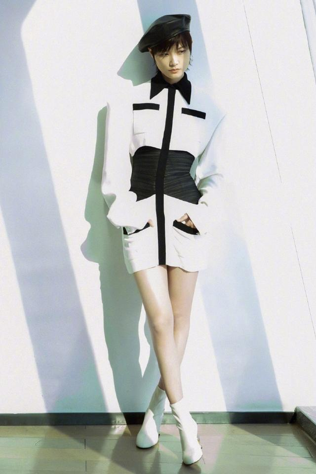 李宇春走红毯穿蕾丝裙高贵,踩厚底鞋如履平地,175cm还嫌不够高