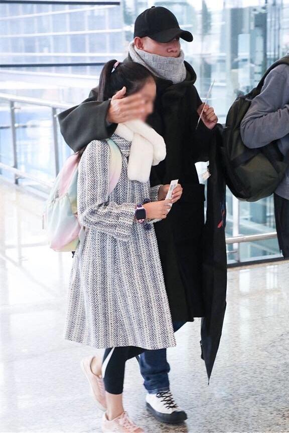 女大十八变!文章女儿才11岁就超172cm爸爸肩膀,长得还比妈妈美