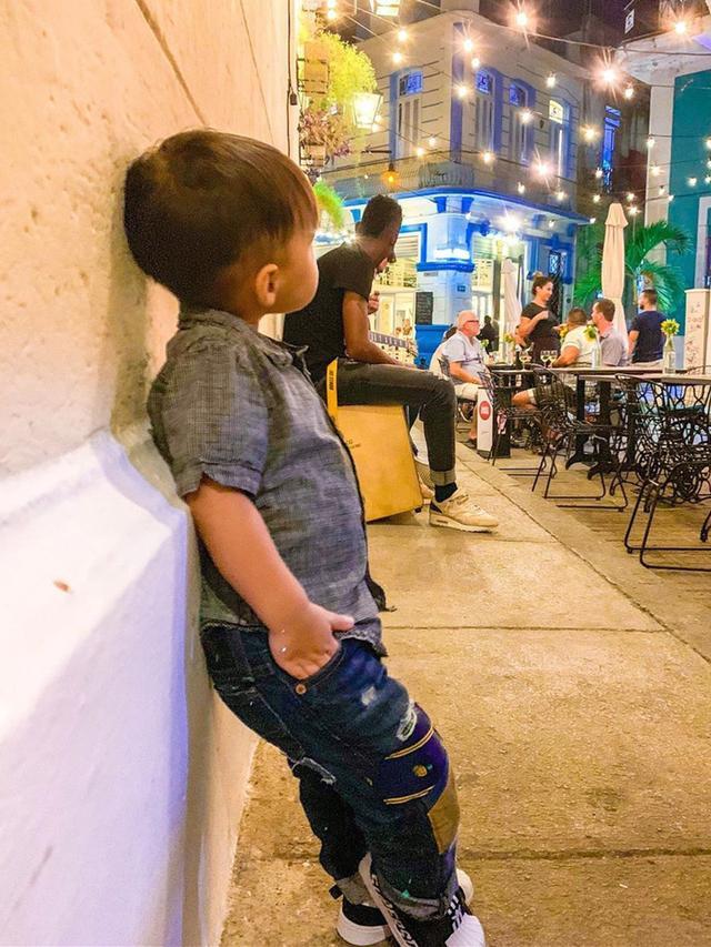 周杰伦跟儿子比帅,2岁小小周穿迷彩服戴墨镜,年纪小却潮范满分