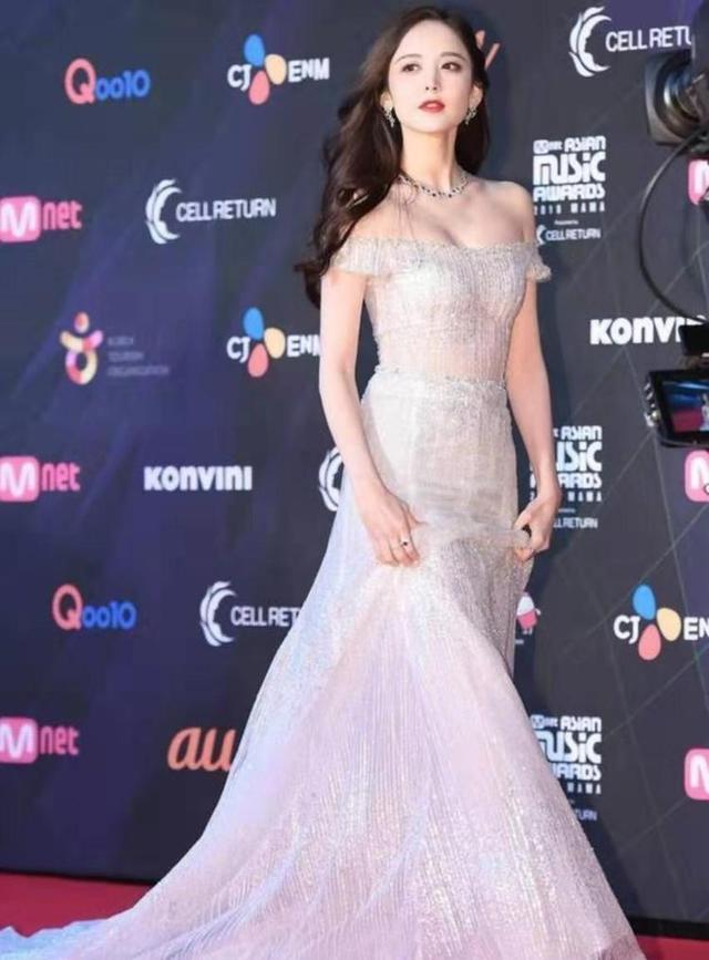 娜扎出席颁奖礼,塑料英语被群嘲,网友:是粉丝也无法忍受的尴尬
