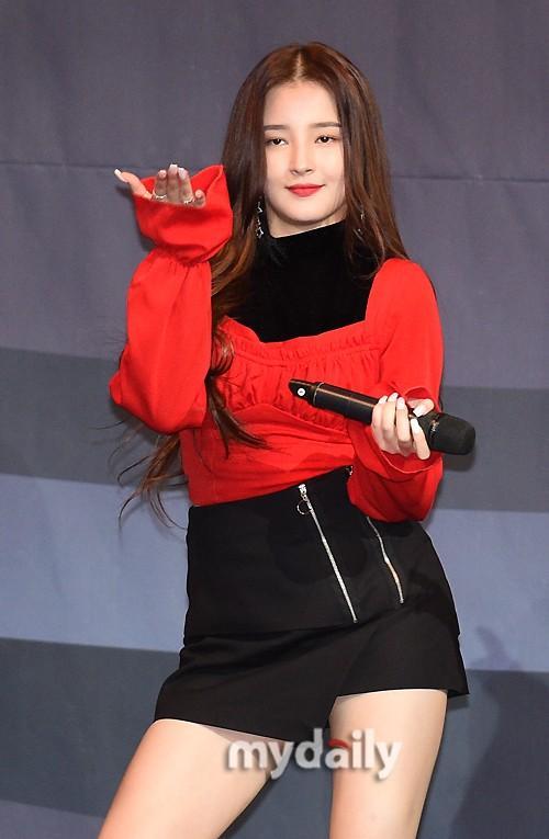 韩国女团MOMOALAND担任棒球颁奖礼特别嘉宾