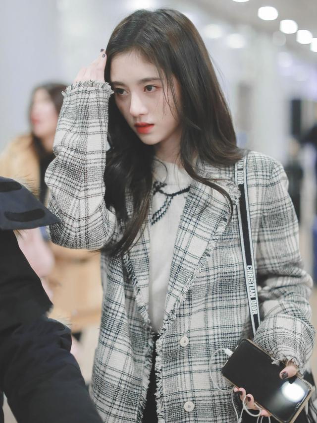 159cm鞠婧祎,格纹西装搭配短裙,学生装清纯又可爱