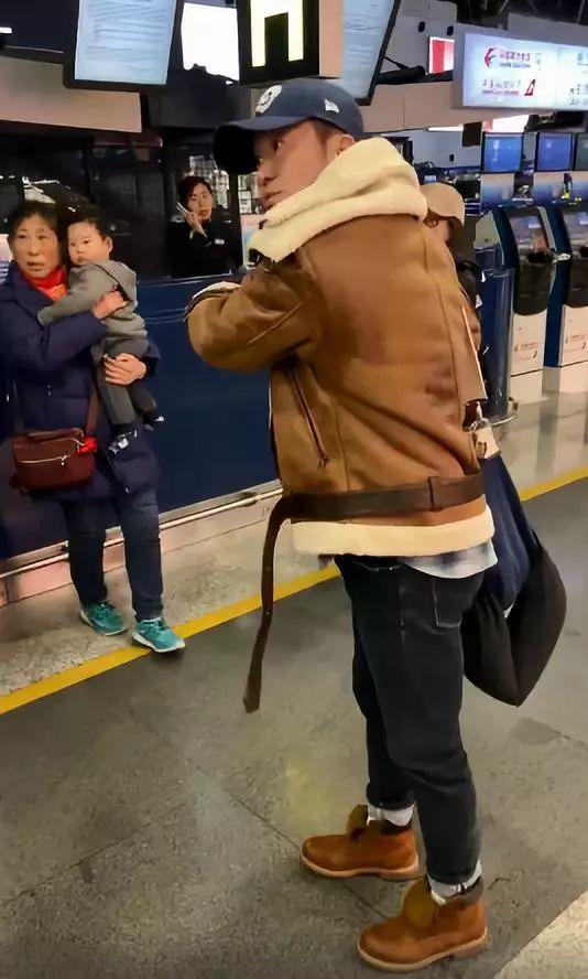 吴京机场发飙!怒斥机场代拍和直播者:撞到小孩怎么办?