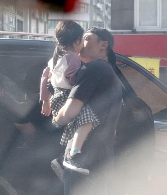 霍建华抱女儿出行,亲脸颊超温馨,2岁小海豚头发让人羡慕