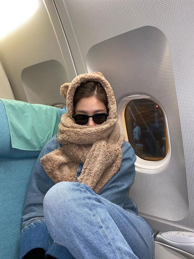 23岁Jennie太会穿,抹胸短裙性感,小熊帽子俏皮