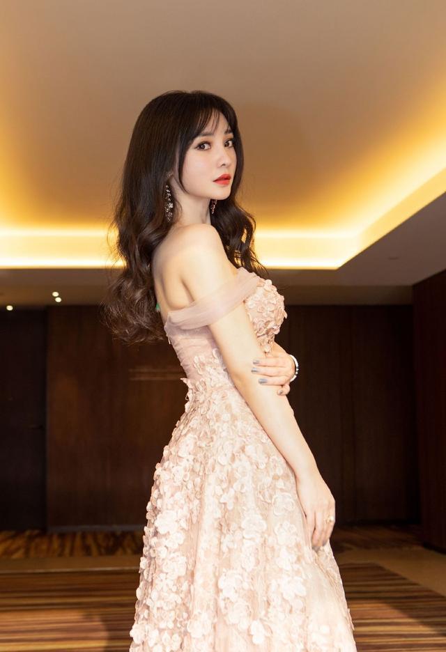49岁钟丽缇身材比例惊人,裸色吊带裙性感火辣,与周海媚柳岩pk谁赢?