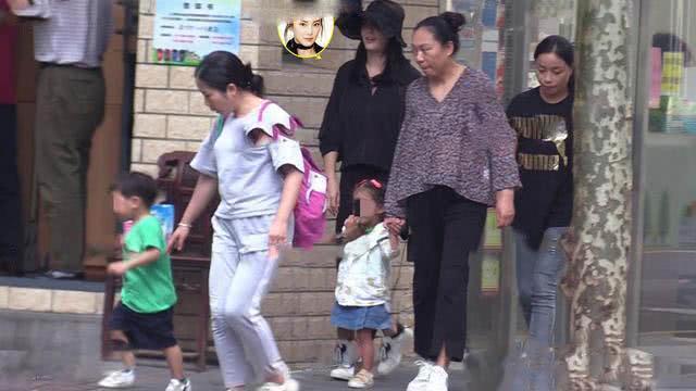 张雨绮带3岁龙凤胎出街,双保姆阵仗大,女儿宠成公主儿子放养?