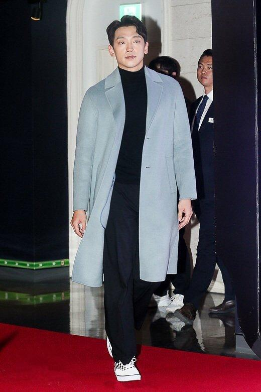 二胎奶爸Rain穿衣真任性,过膝大衣休闲随意,185身高被显矮半截