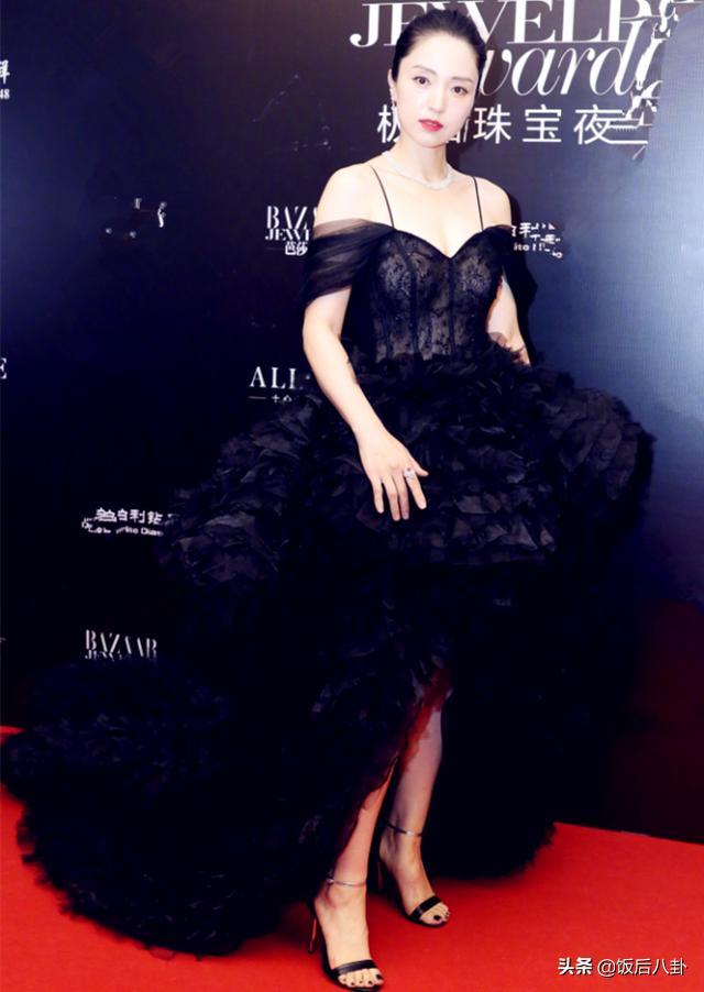 与高云翔离婚后董璇变性感了,穿露肩装亮相红毯发福明显